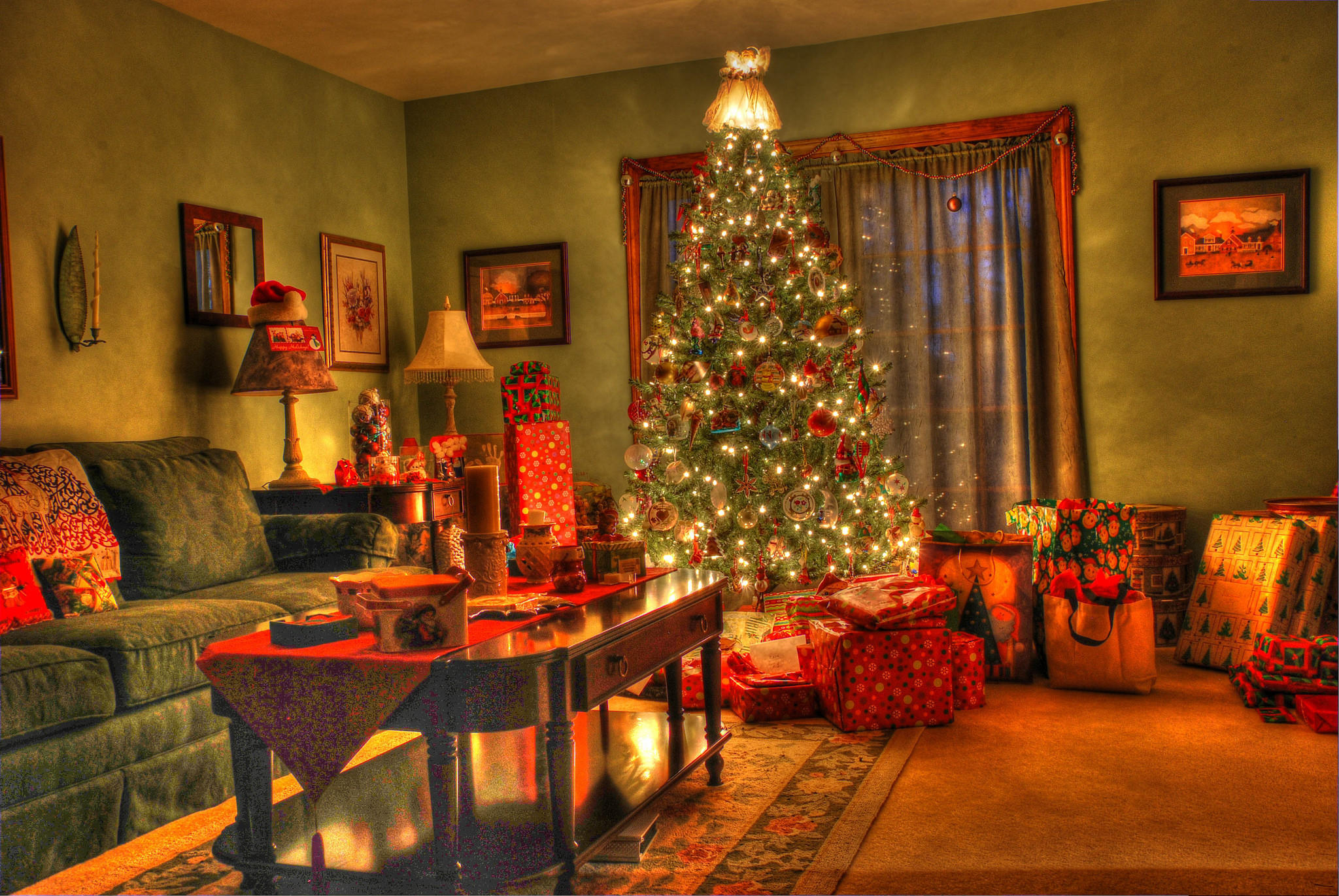 Обои новогодний интерьер, комната, новогодняя ёлка, подарки