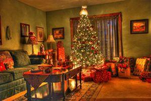Бесплатные фото новогодний интерьер, комната, новогодняя ёлка, подарки, окно, стол, диван