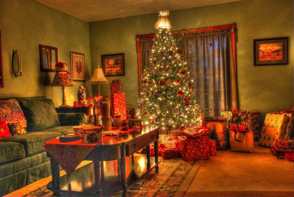 Фото бесплатно новогодний интерьер, комната, новогодняя ёлка, подарки, окно, стол, диван, иллюминация, интерьер