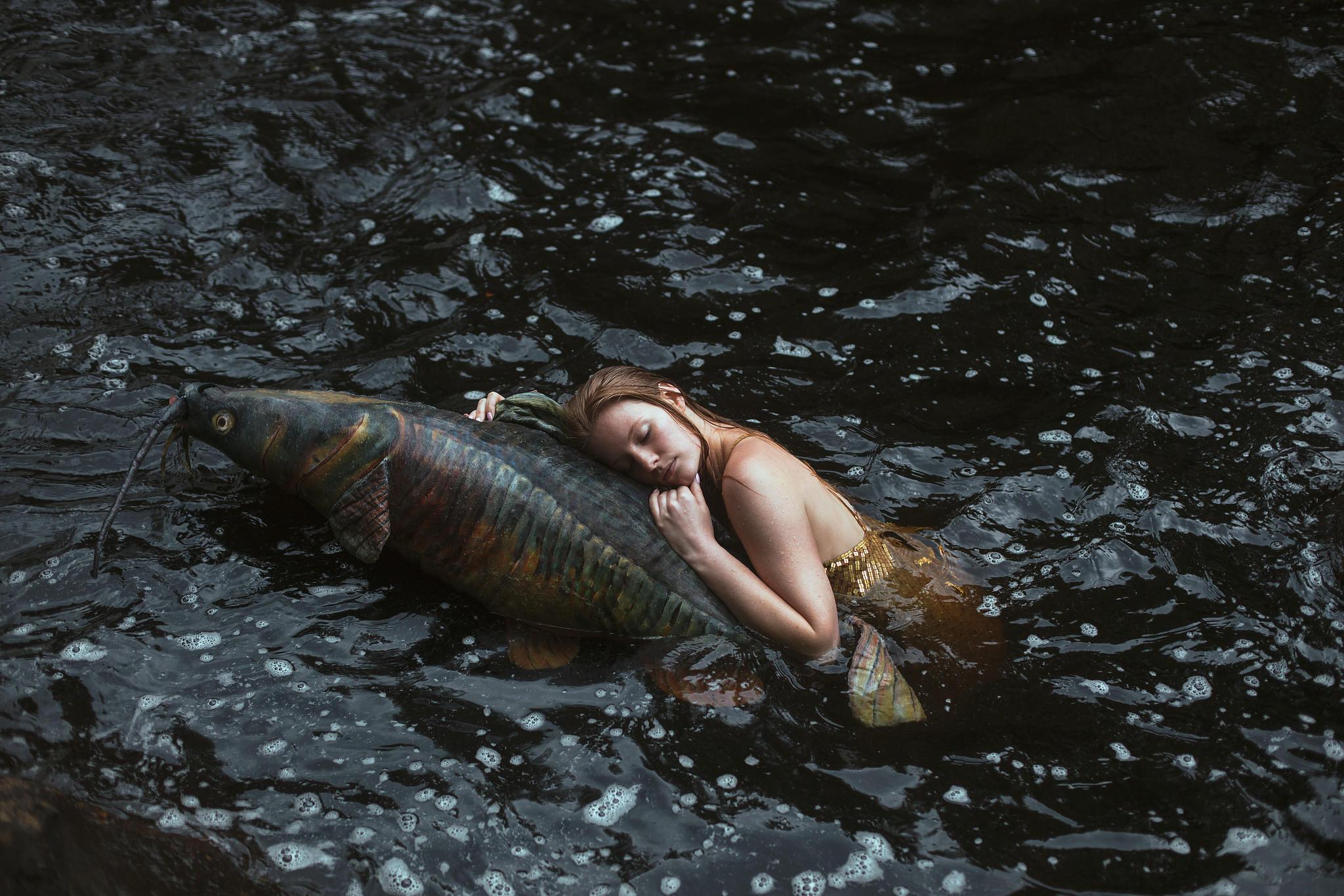 Обои девушка, вода, рыба, ситуация