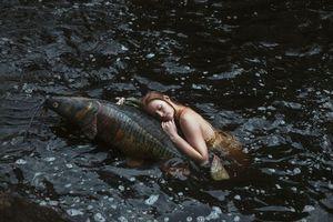 Фото бесплатно девушка, вода, рыба, ситуация