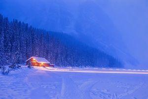 Бесплатные фото зима,поле,лес,деревья,домик,пейзаж