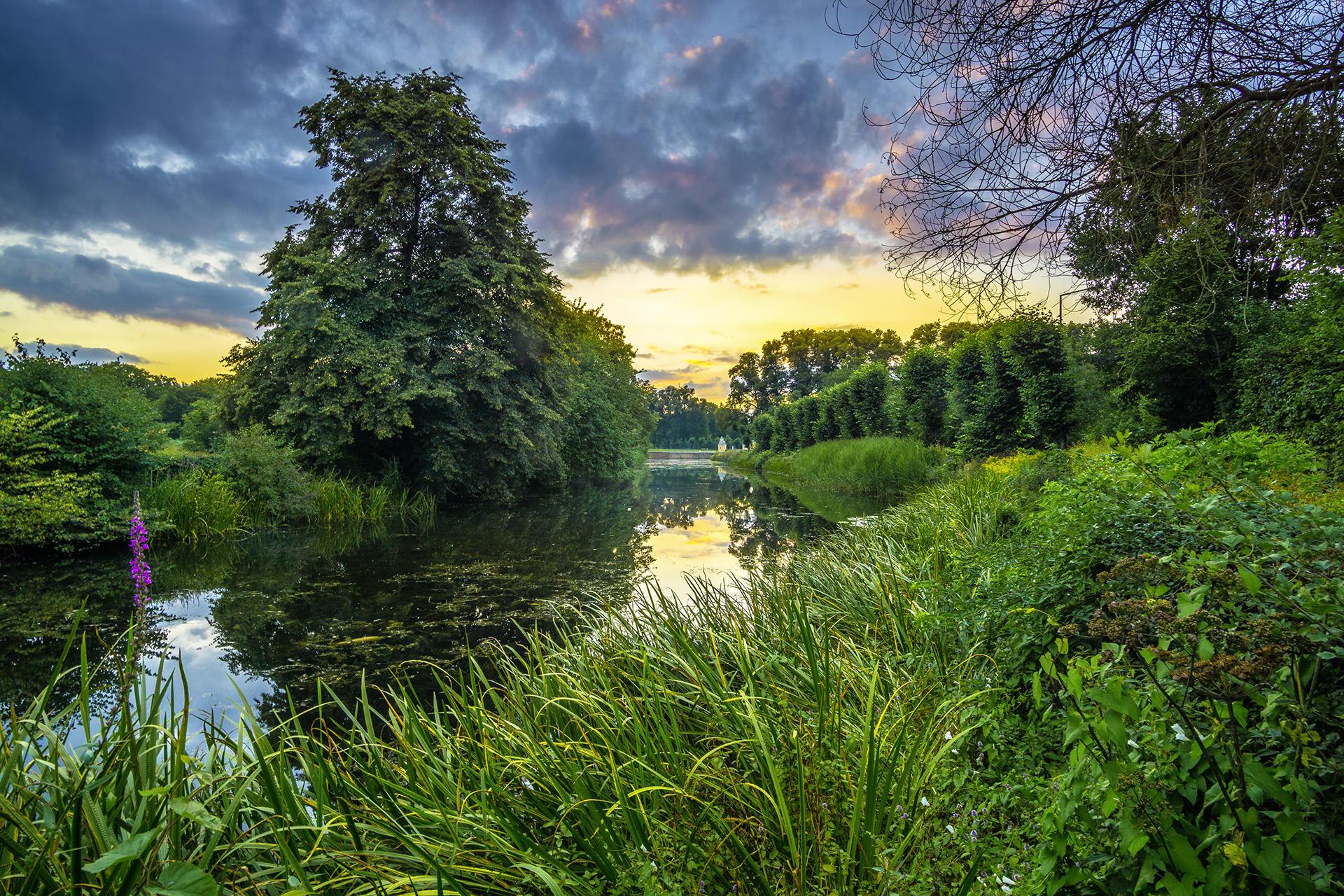 Обои В садах дворца Аугустусбург в Брюле, Германия, закат, река