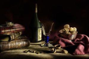 Бесплатные фото натюрморт,стол,предметы,орехи,книги,бокал