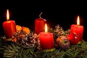 Рождественские свечи и шишки · бесплатное фото