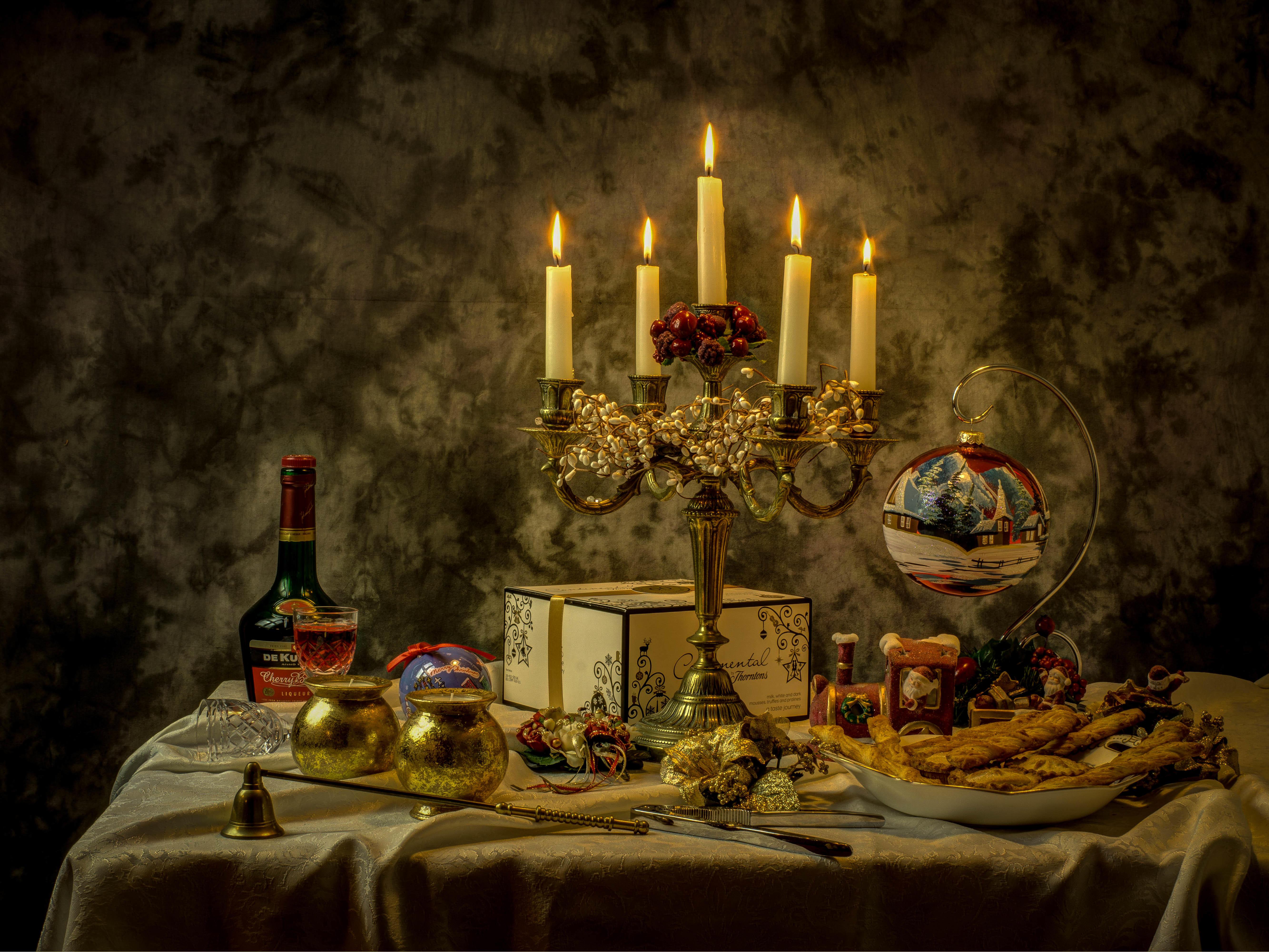 Обои натюрморт, стол, свечи, предметы
