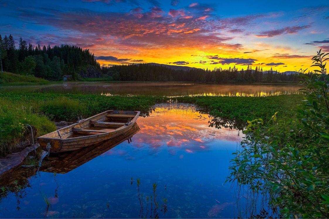 Фото бесплатно лес, небо, деревья, закат, горы, природа, озеро, берег, лодка, вечер, Норвегия, зарево, домик, пейзажи