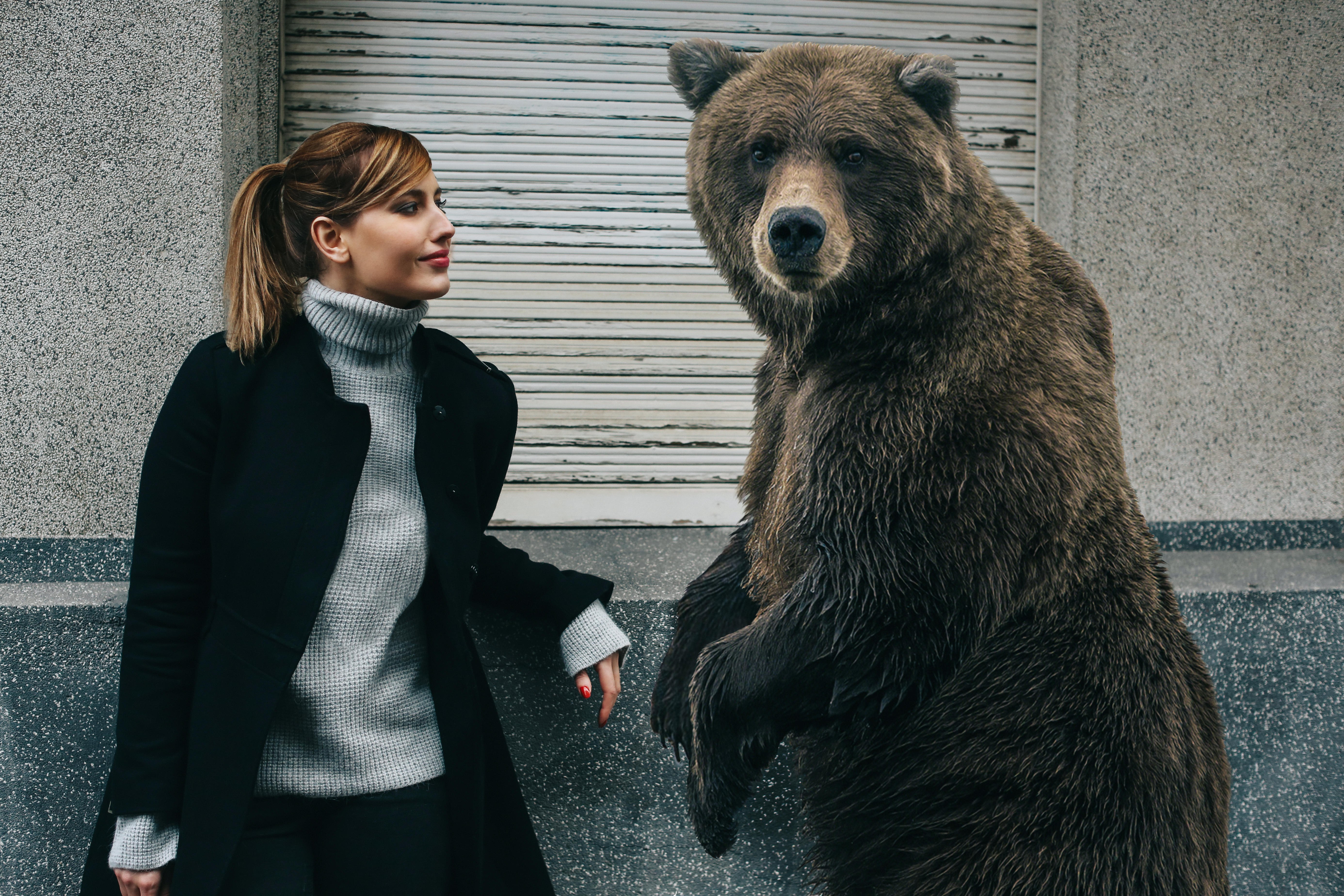 Обои девушка и медведь
