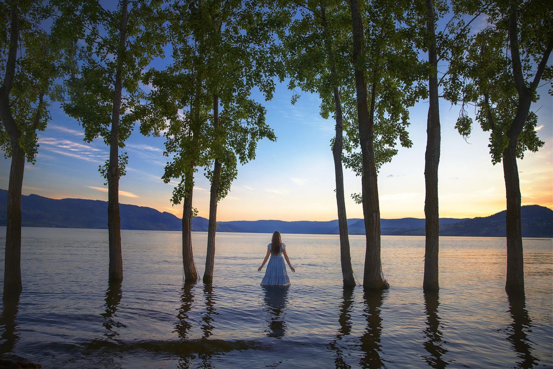 Фото бесплатно закат, водоём, горы, деревья, девушка, пейзаж, пейзажи