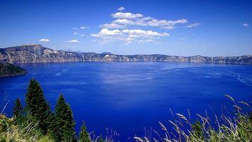 Заставки озеро в горах,горы,озеро,облака,елки,лето,солнечный день