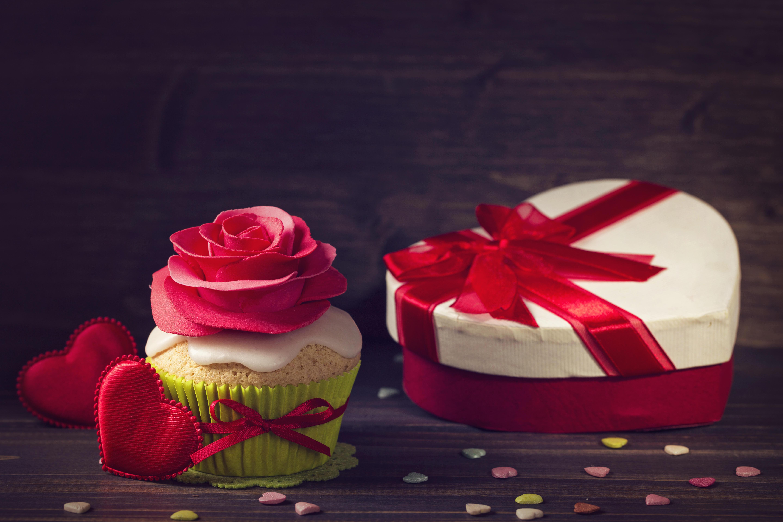 Обои кекс, подарок, сердечко