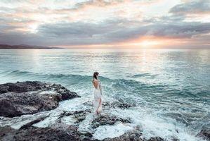 Бесплатные фото закат, море, скалы, волны, берег, девушка, пейзаж