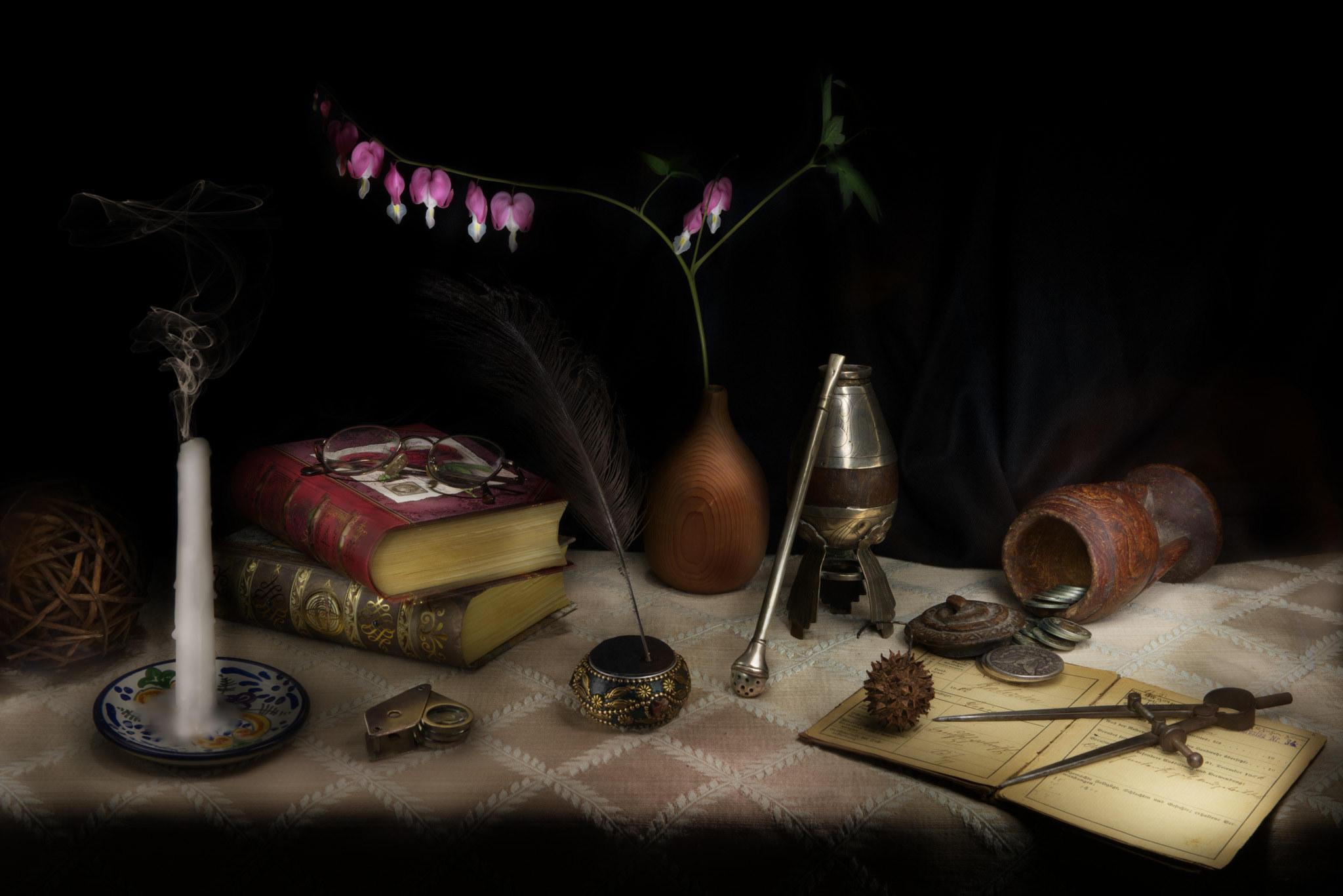 Обои натюрморт, стол, предметы, книги