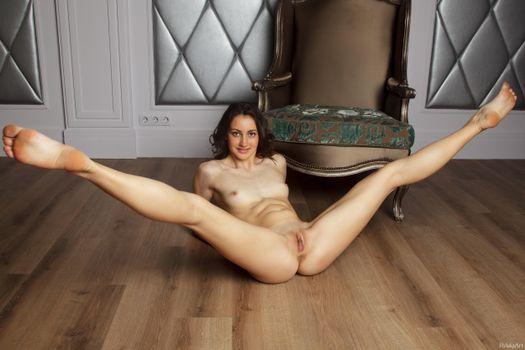Голые гимнастки с раздвинутыми ногами видео