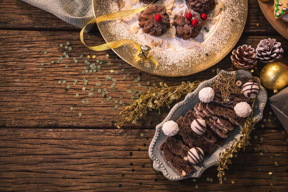 Фото бесплатно шоколадный кекс, украшение на елку, новый год, шоколадные конфеты, печенье, еда