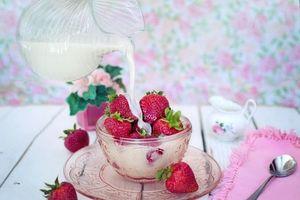 Фото бесплатно молоко, клубника