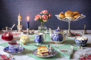 Обои чашки, чай, свеча, цветы, натюрморт