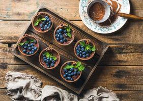 Бесплатные фото мята,маскарпоне,какао,ягоды,черника,тирамису,сладкое