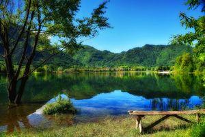Фото бесплатно озеро, деревья, горы, берег, лавочка, пейзаж