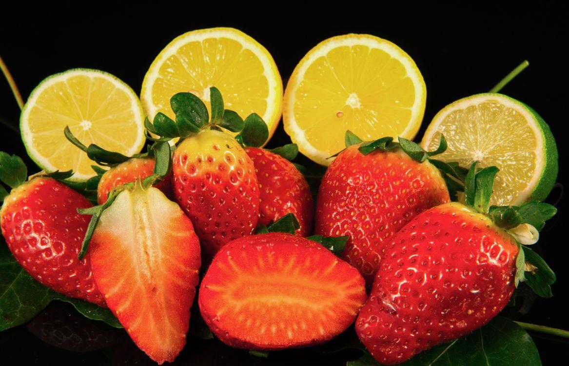 Фото бесплатно клубника, лайм, лимон, чёрный фон, еда, фрукты, еда