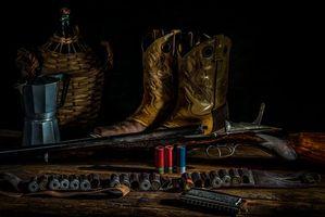 Фото бесплатно ружье, патроны, сапоги, натюрморт