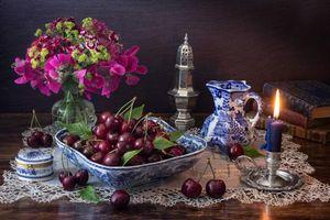 Бесплатные фото свеча,черешня,цветы,книги,натюрморт