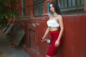 Бесплатные фото женщины,портрет,брюнетка,красные ногти,юбка,тату,бутылки