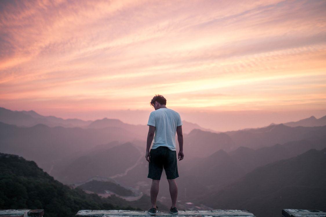 Фото бесплатно парень, горы, небо - на рабочий стол