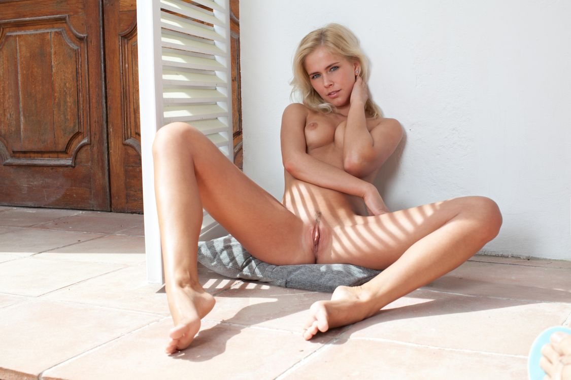 Golden naked pussy — img 1