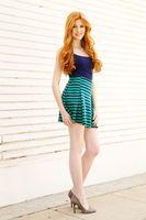 Бесплатные фото Кэтрин Макнамара,рыжая в юбке,зеленая,юбка,ноги,улыбаясь,актриса