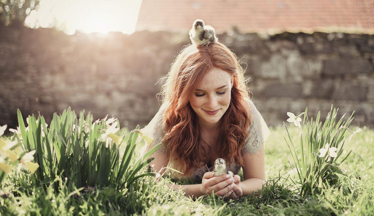 Девушка с птенцами · бесплатное фото