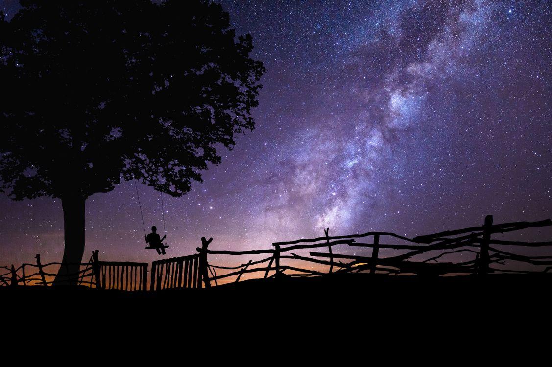 Фото бесплатно небо, забор, дерево, качели, силуэты, сияние, свечение, art, рендеринг - скачать на рабочий стол