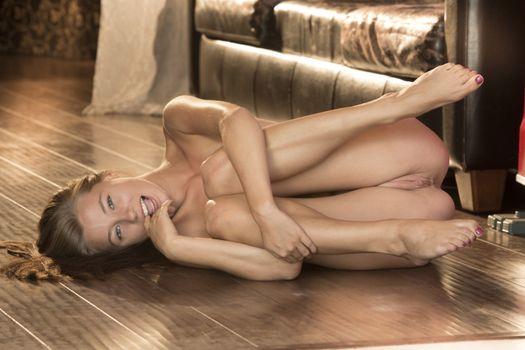 Красивые девушки голые в неприличных позах учит молодую смотреть
