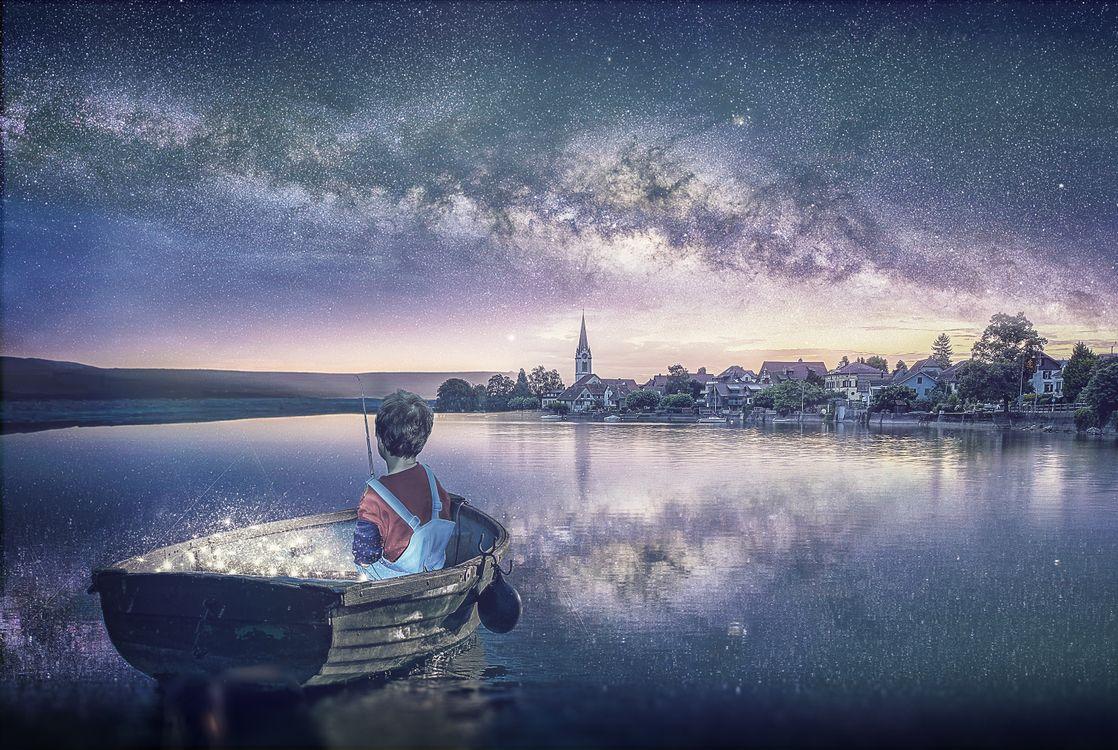Картинка fisherman, закат, лодка, парень, удочка, озеро, город, свечение, сияние, art на рабочий стол. Скачать фото обои рендеринг