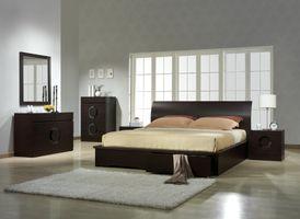 Спальная комната и большое окно