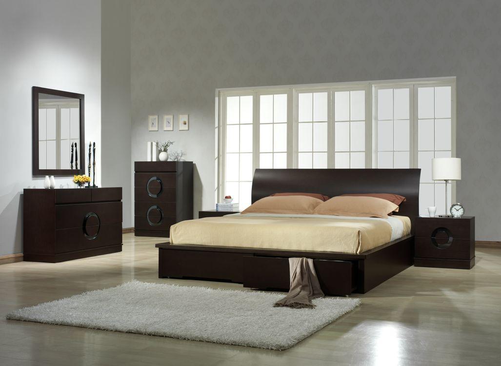 Спальная комната и большое окно · бесплатное фото