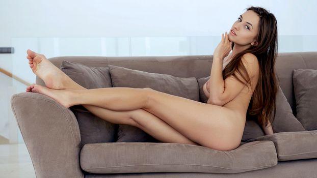 Бесплатные фото gloria sol,aaliyah,penelope y,sofieq,sofiya oleinik,sophie,модель,брюнетка,идеальная девушка,сиськи,диван,загорелая