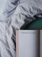 Фото бесплатно книга, надпись, кровать