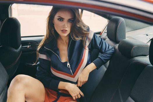 Заставки Eiza Gonzalez, диван автомобиля, музыка