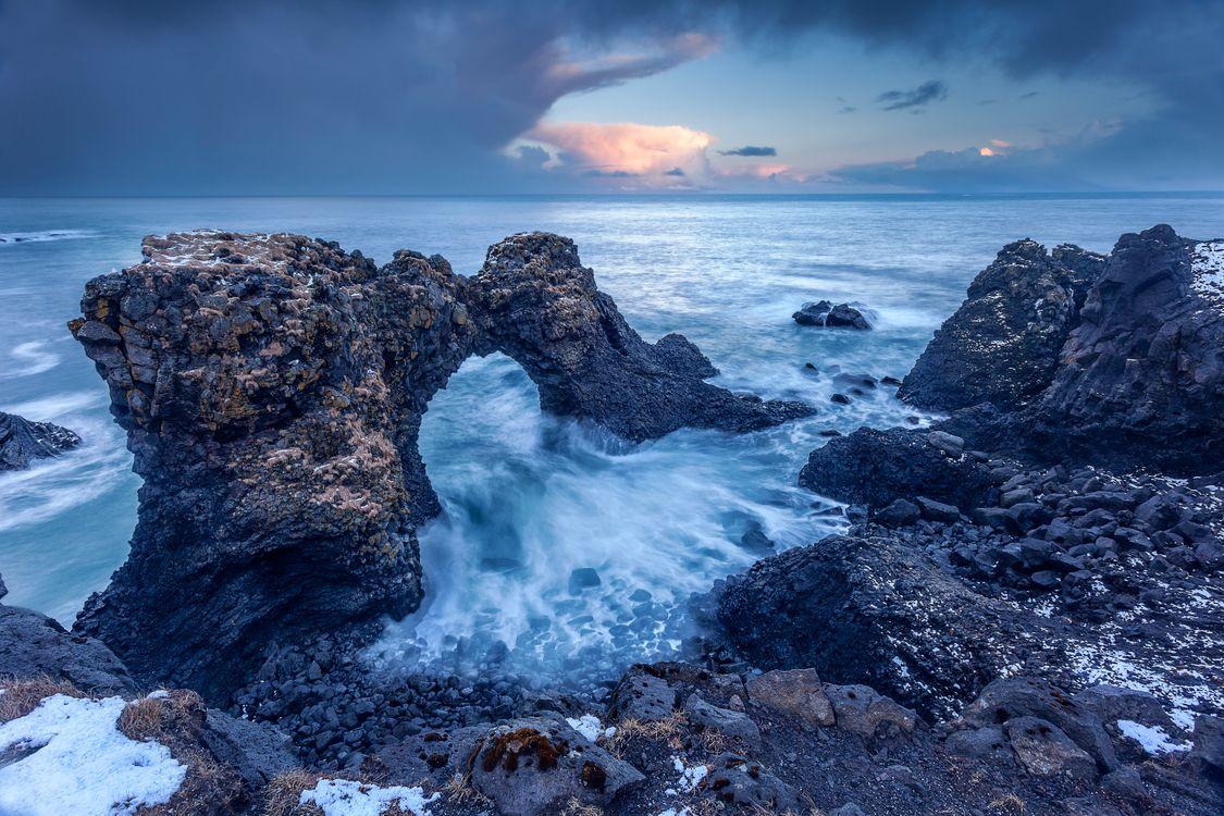 Обои Исландия, закат, море, скалы, берег, волны, арка, пейзаж на телефон | картинки пейзажи