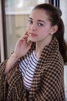 Фото бесплатно metart журнал, соланж, женщины, брюнетка, красные ногти, лицо, портрет, окно, смотрит на зрителя