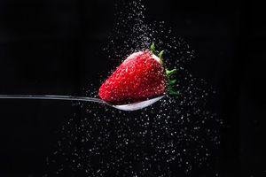 Фото бесплатно ягода, клубника, чёрный фон, еда