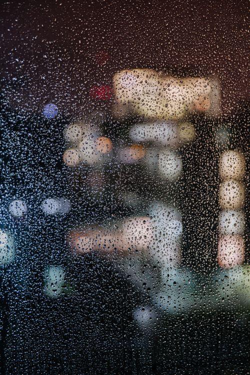 Капли дождя на стекле · бесплатное фото