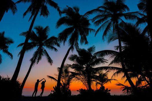 Заставки Мальдивы, восход, влюблённая пара