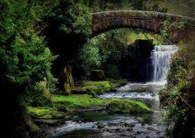 Фото бесплатно водопад, скалы, камни, водоём, мост, арка, природа
