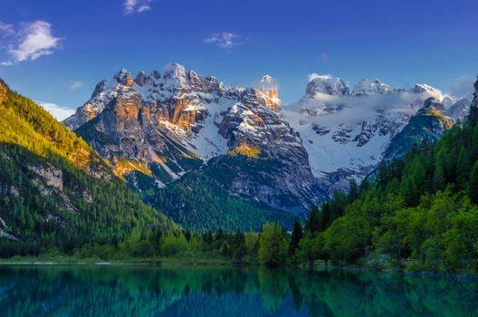 Заставки Озеро Изумрудное, лес, горы