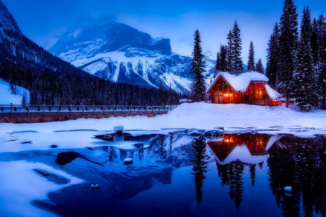 Обои Emerald Lake, Yoho National Park, Canada, Изумрудное озеро, Национальный парк Йохо, Канада, зима, сумерки, озеро, домик, горы на телефон | картинки пейзажи
