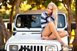 Бесплатные фото женщины,модель,блондинка,женщины на открытом воздухе,деревья,женщины с автомобилями,свитер