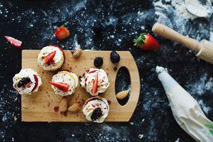 Бесплатные фото выпечка,кексы,крем,ягоды,клубника,орехи