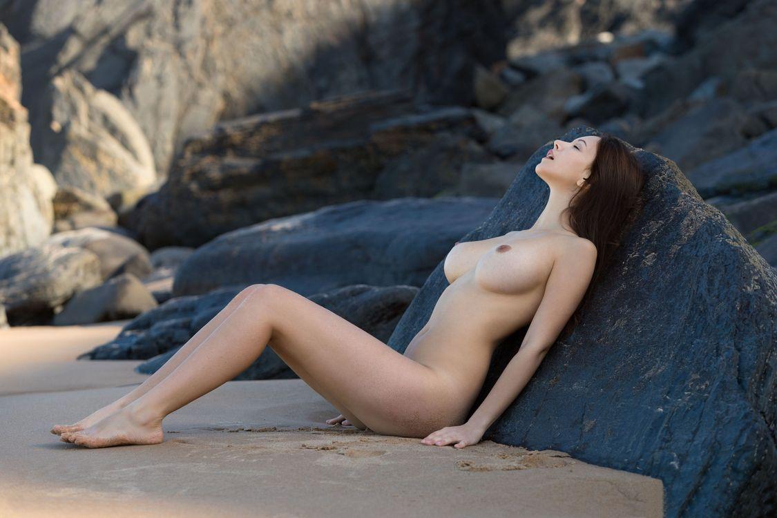 Фото бесплатно alisa i, alisa amore, сексуальная девушка, взрослая модель, сиськи, большие сиськи, обнаженная, пляж, горячая, брюнетка, ноги, эротика